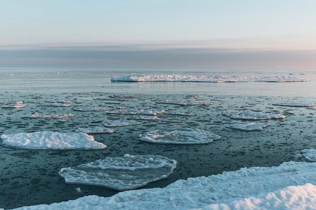 Bellissimo paesaggio invernale con frammenti di ghiaccio galleggiante