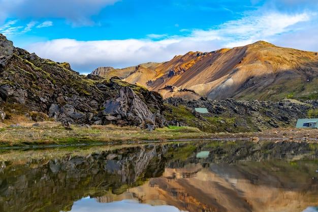 Bellissimo paesaggio islandese di montagna con il grande lago e la riflessione a landmannalaugar nelle highlands dell'islanda