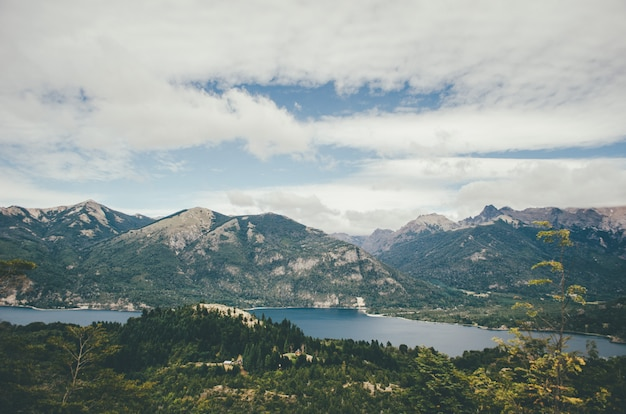 Bellissimo paesaggio naturale con cielo stupendo e un fiume sparato da una collina