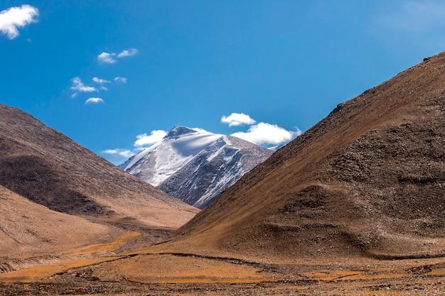 Bellissimo paesaggio nella catena montuosa dell'himalaya