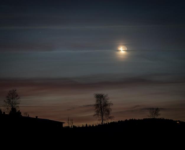 Bellissimo paesaggio notturno con la luna sul cielo