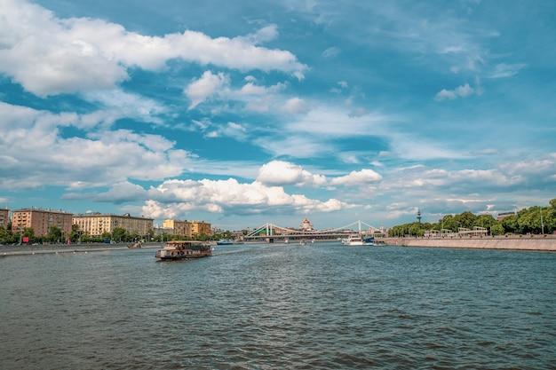 Bellissimo paesaggio soleggiato con navigazione sul fiume mosca. mosca, russia.