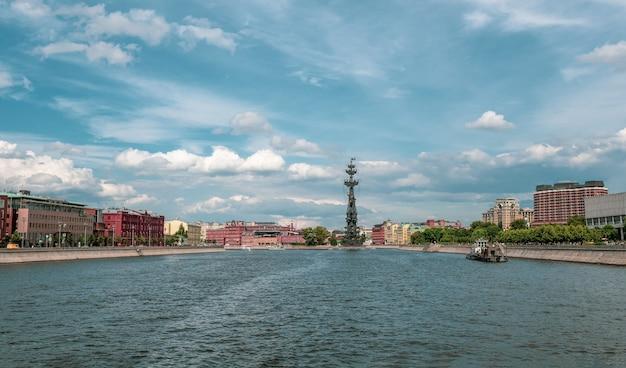 Bellissimo paesaggio soleggiato con vista sul fiume di mosca. mosca, russia.