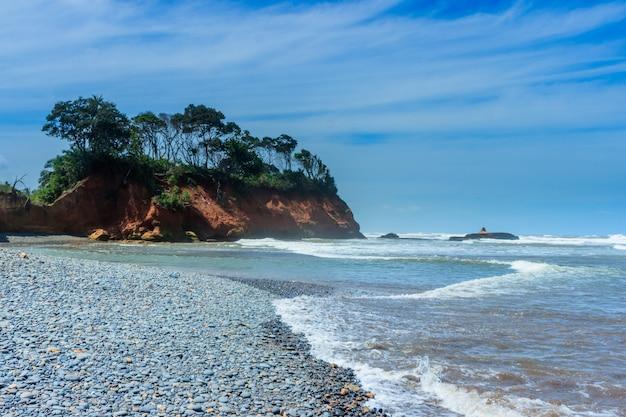 Bellissimo paesaggio spiaggia con onde calme