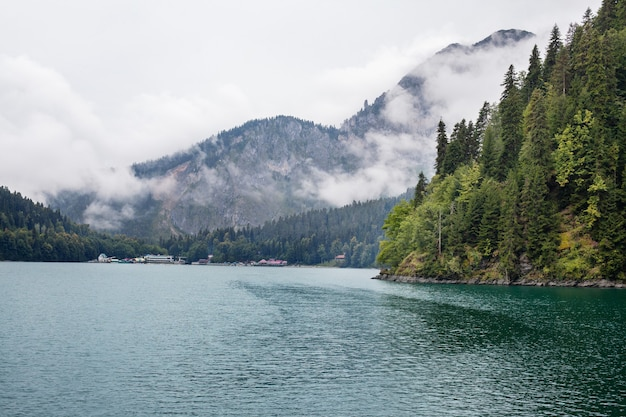 Bellissimo paesaggio sul lago blu ritsa, abkhazia
