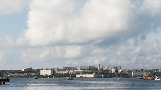 Bellissimo paesaggio sull'oceano con tempo nuvoloso