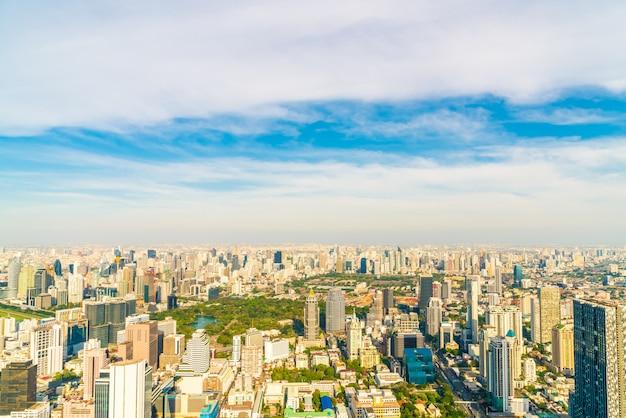 Bellissimo paesaggio urbano con architettura e costruzione a bangkok