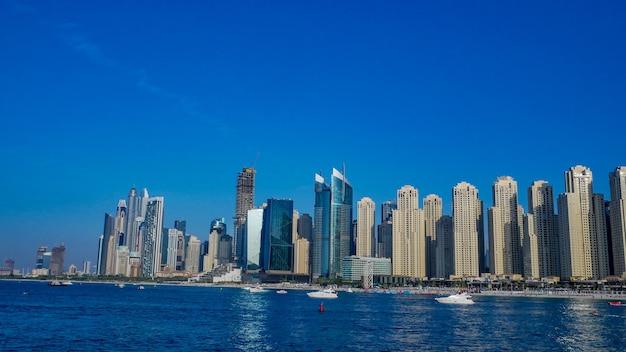 Bellissimo paesaggio urbano di dubai e il mare