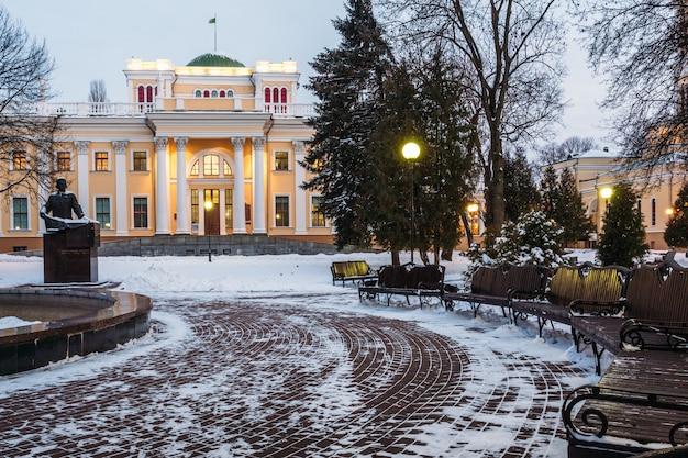 Bellissimo palazzo rumyantsev-paskevich nella sera d'inverno. gomel, bielorussia