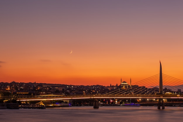 Bellissimo ponte al tramonto a istanbul