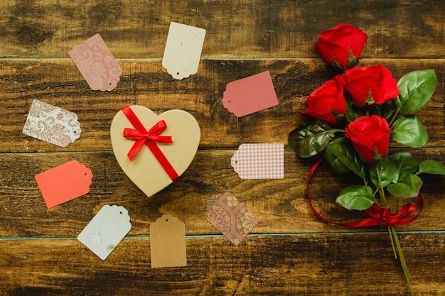 Bellissimo regalo a forma di cuore e nastro rosso