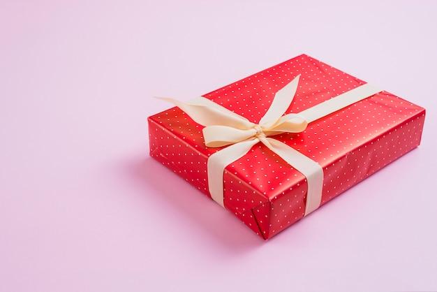 Bellissimo regalo decorato con nastro