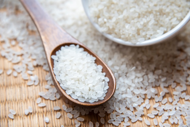 Bellissimo riso giapponese sul tappetino giapponese, chicco di riso tondo