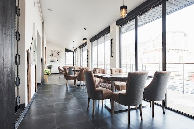 Bellissimo ristorante europeo nuovo di zecca nel centro della città