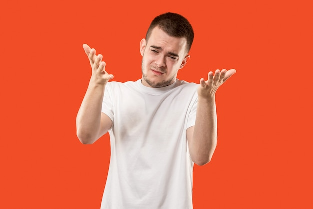 Bellissimo ritratto a mezzo busto maschio isolato su studio arancione