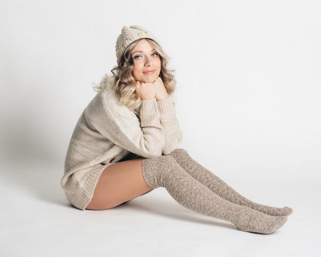 Bellissimo ritratto di giovane donna attraente in abiti a maglia