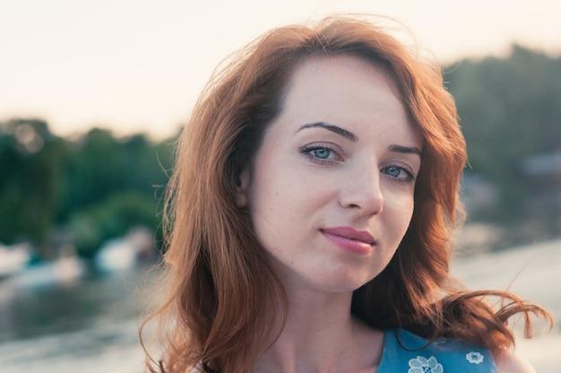 Bellissimo ritratto di giovane donna in abiti blu, estate