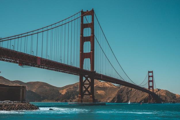 Bellissimo scatto del golden gate bridge con sorprendente cielo blu chiaro
