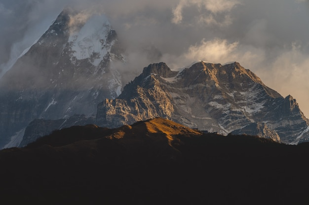 Bellissimo scatto delle montagne dell'himalaya tra le nuvole