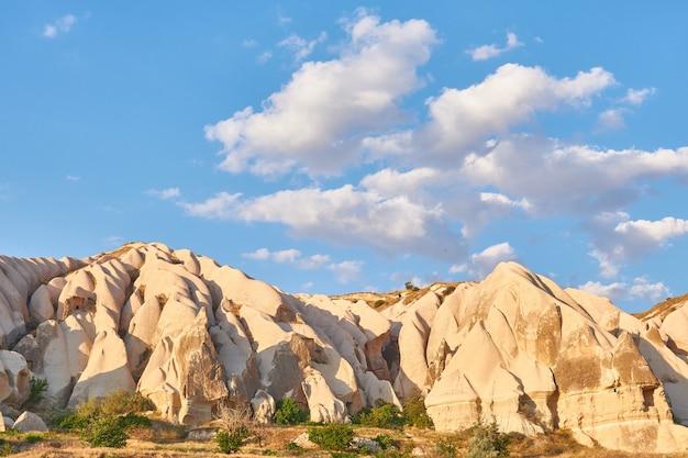 Bellissimo scatto di una montagna sotto un cielo blu durante il giorno in turchia