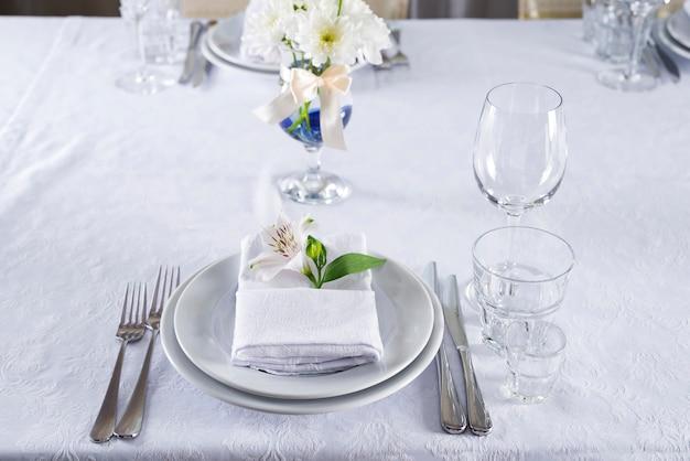 Bellissimo set da tavola per qualche evento festivo