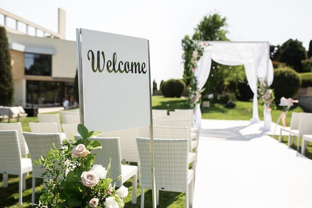 Bellissimo set up wedding in uscita. hupa ebraica in occasione di romantiche cerimonie nuziali