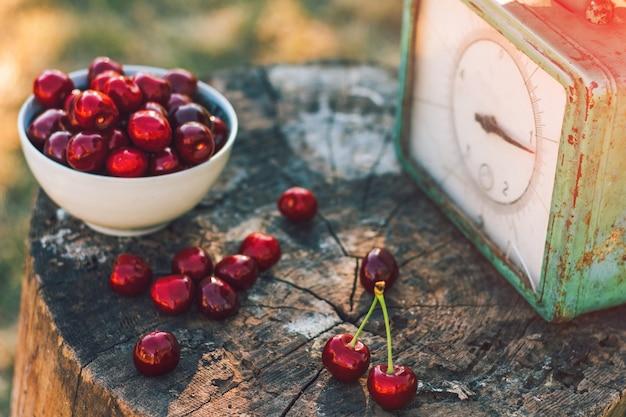 Bellissimo sfondo con ciliegia e vecchi pesi