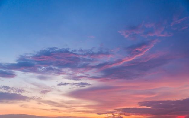 Bellissimo sfondo del cielo al tramonto