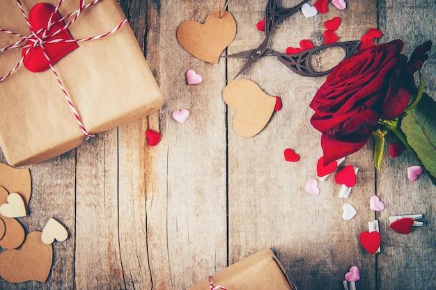 Bellissimo sfondo sul tema dell'amore della vacanza e di un umore piacevole. messa a fuoco selettiva