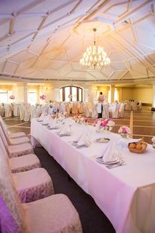 Bellissimo tavolo apparecchiato per qualche evento festivo, festa o ricevimento di nozze,