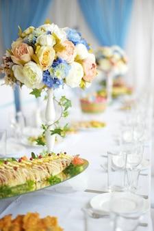 Bellissimo tavolo decorato apparecchiato per festa di nozze, decorazioni di nozze con fiori