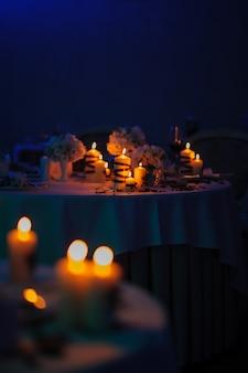 Bellissimo tavolo decorato con decorazioni floreali e candele