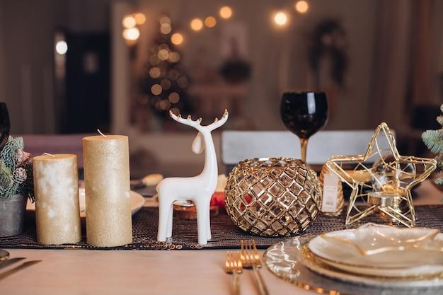 Bellissimo tavolo è pronto per la cena di natale