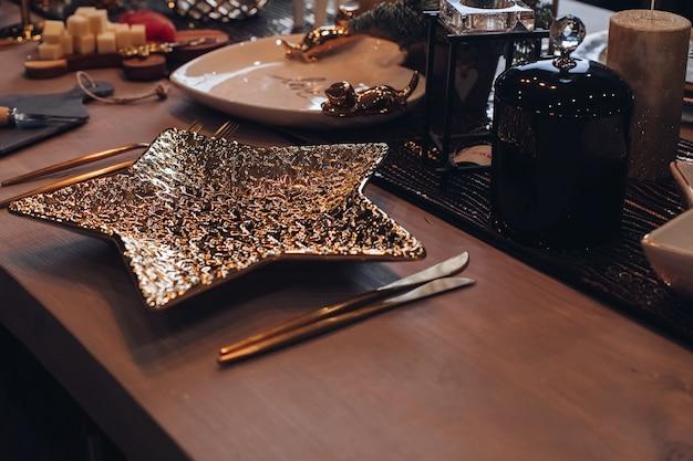 Bellissimo tavolo festivo con un sacco di decorazioni natalizie