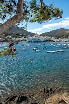 Bellissimo villaggio costiero con barche ancorate nella baia