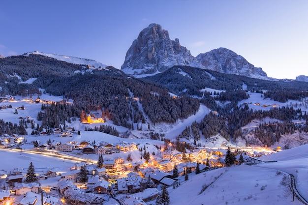 Bellissimo villaggio in una montagna innevata