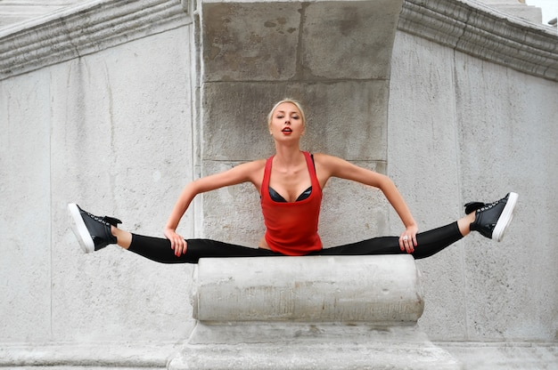 Bello ballerino moderno femminile che esegue all'aperto