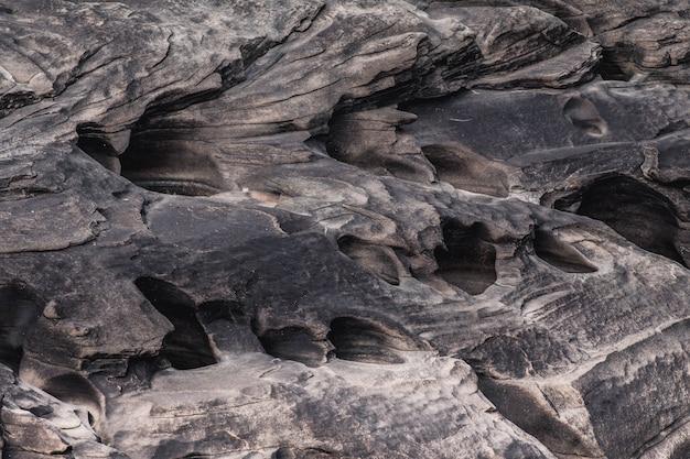 Bello canyon della roccia al lato del fiume di maekhong