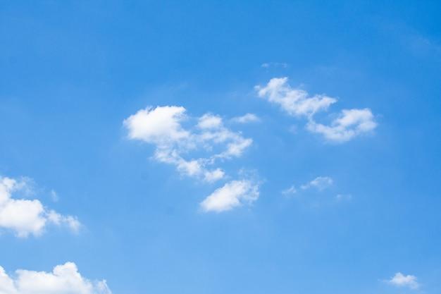 Bello cielo blu al giorno soleggiato