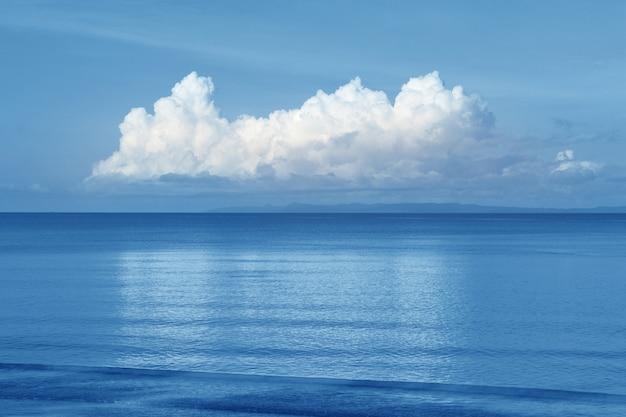 Bello cielo della nuvola e del mare all'orizzonte, fondo di vista sul mare