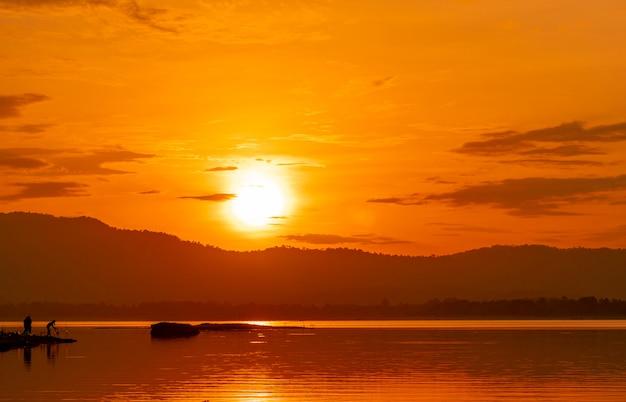 Bello cielo di alba sopra la montagna al bacino idrico