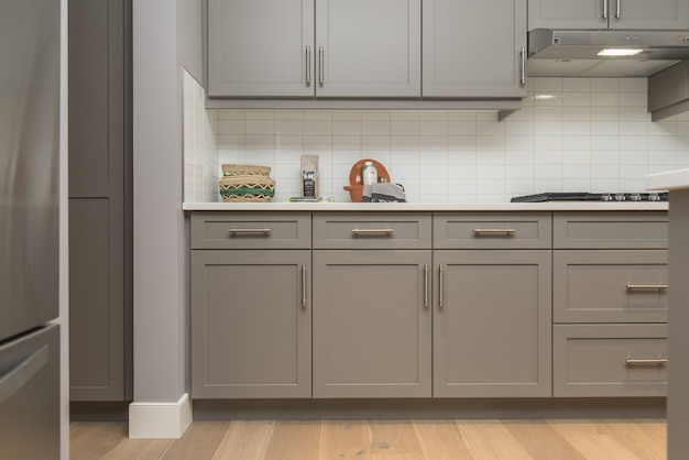 Bello colpo degli scaffali e dei cassetti di una cucina moderna della casa