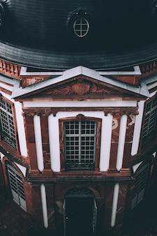 Bello colpo dell'angolo alto di una chiesa a francoforte