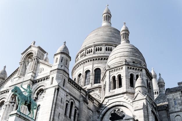 Bello colpo di angolo basso della cattedrale famosa di sacre-coeur a parigi, francia
