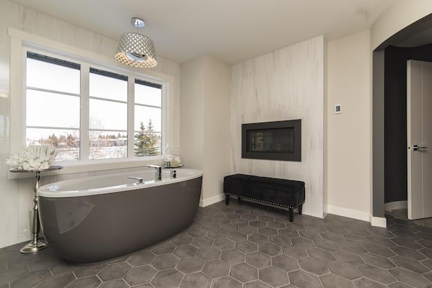Bello colpo di un bagno moderno della casa con tecnologia e arte