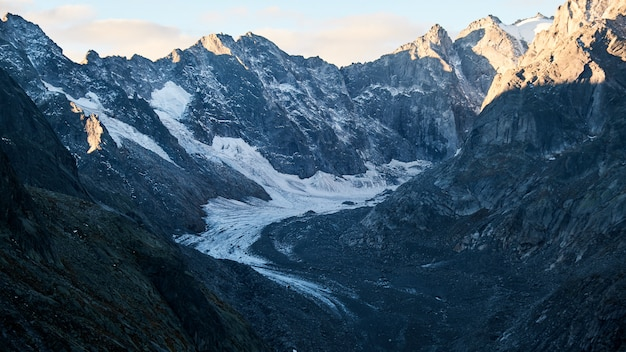 Bello colpo di un percorso nel mezzo delle montagne di giorno