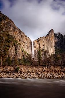Bello colpo lungo di esposizione di una cascata