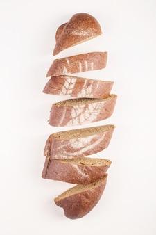 Bello concetto fresco del pane di cottura su fondo bianco