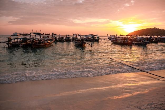 Bello crogiolo koh lipe beach thailand di a lungo coda di tramonto