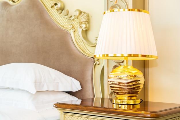 Bello cuscino bianco comodo di lusso sulla decorazione del letto in camera da letto